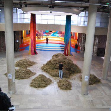 L'artiste italien Sven Sachsalber, lors de sa performance Looking for a needle in the Haystack, vendredi 14 novembre 2014 au Palais de Tokyo, à Paris. (FABIEN MAGNENOU / FRANCETV INFO)